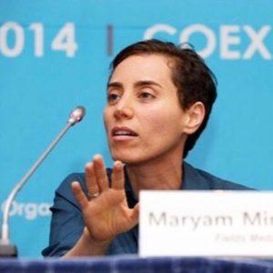 مریم میرزاخانی در حال سخنرانی پشت یک میکروفن کنفرانس
