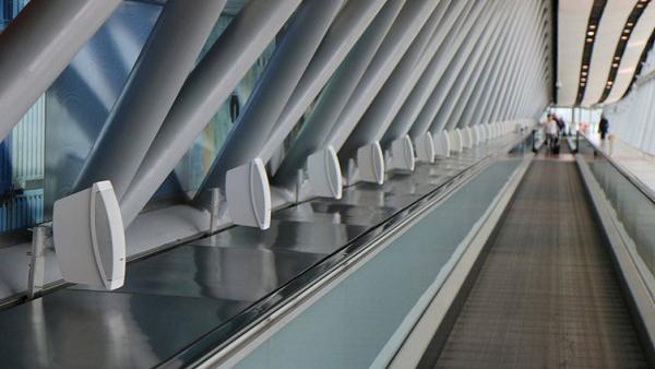 اسپیکرهای بوز در سالن فرودگاه
