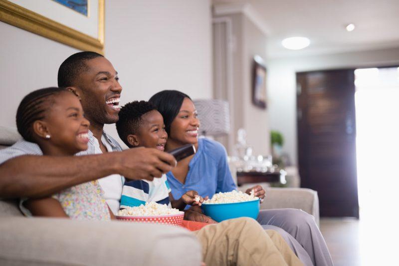 خانواده در حال تماشای فیلم با سینمای خانگی